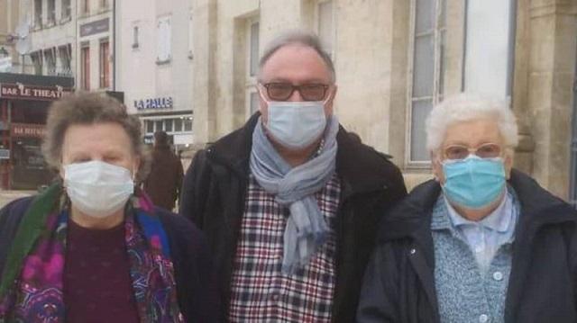Le maire Patrick Daubisse et deux administrées volontaires pour la vaccination.